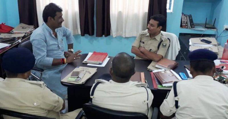 पुलिस अधिकारी के साथ अपराध की समीक्षा करते हुए विधायक मुन्ना यादव